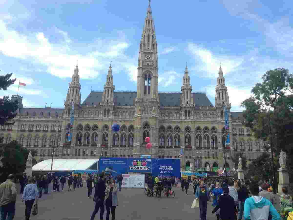 Подія проходить у самому центрі Відня – на території площі перед Віденською ратушею, дивовижною готичною спорудою 18 століття.