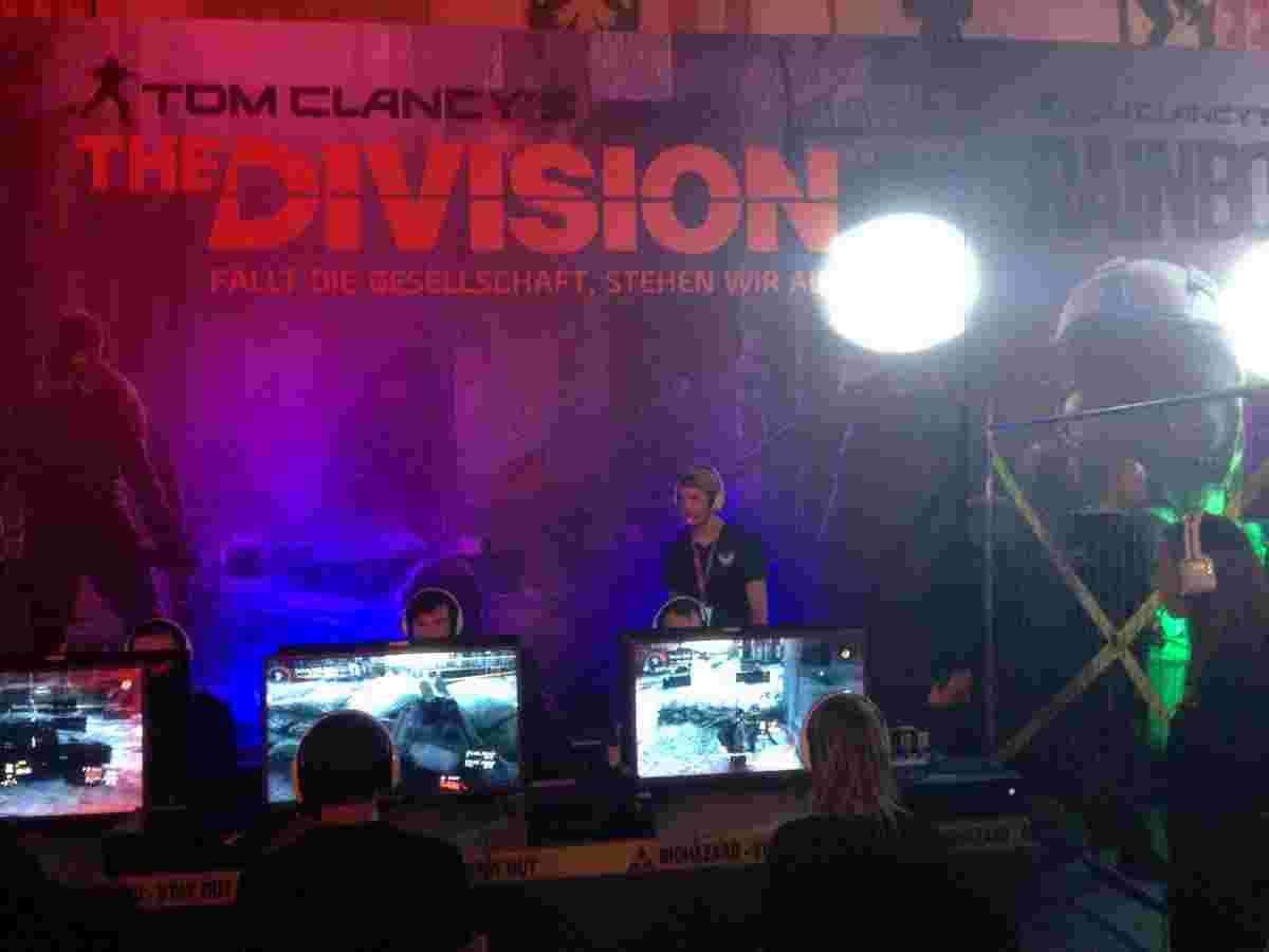 Команди гравців бавляться у Tom Clancy's The Division. Аби їм не було нудно, кожна команда отримує підказки від наставників, що стоять поруч та пильнують за процесом.
