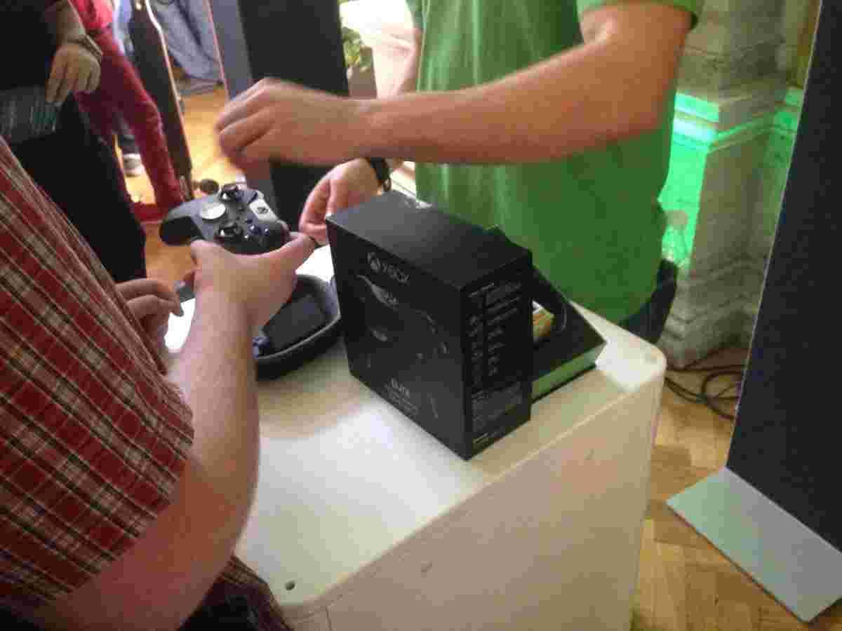 Давали помацати новий ґеймпад Xbox Elite Wireless Controller. Якби разом із маніпулятором поставляли би того хлопця, що там завзято про нього розповідає та переконує, чому треба платити більше… Але поки що ні, Майкрософт!