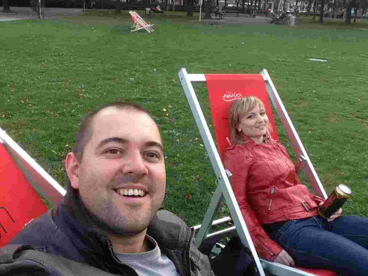 Черги та емоції виснажили нас. Саме час відпочити із пивцем у парку перед Вотівкірхе.