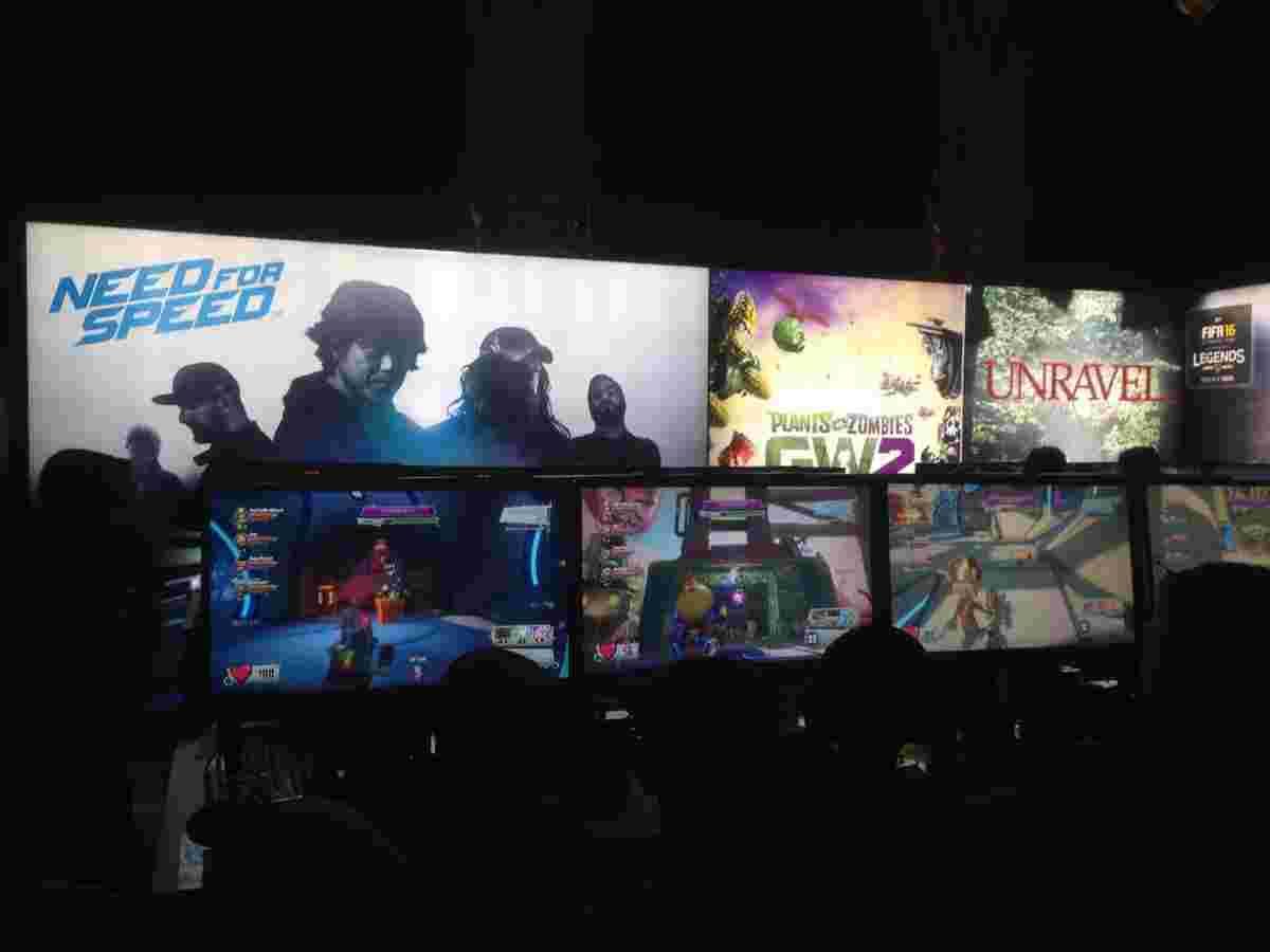Вистоявши в черзі 1-2 годинки, можна було пограти у найближчі забавки: Star Wars: Battlefront, нову Need For Speed чи Assassin's Creed Syndicate.