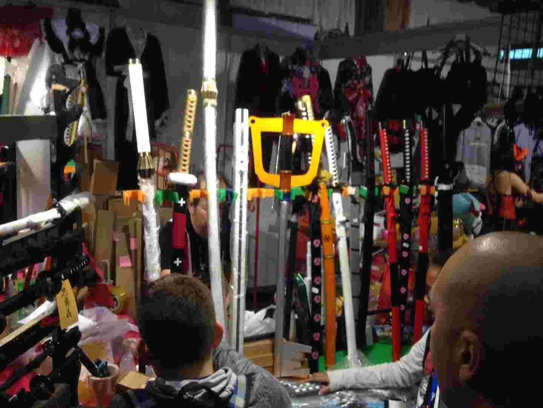 Купити там можна було, що завгодно: фігурки, костюми, зброю.