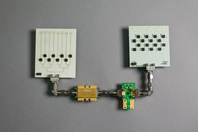 Дві фазовані антенні решітки, що помістяться на кредитці